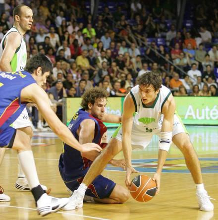 Welsch y Grimau en pugna por un balón