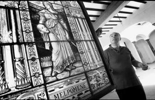 Fernández-Tapia delante de una vidriera de la escuela prerrafaelista inglesa