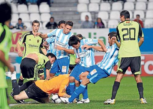 El Málaga pasa de ronda en Copa del Rey con más pena que gloria