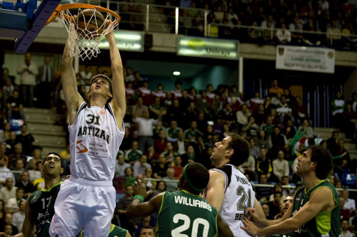 Branislav Dekic machacando el aro de Unicaja