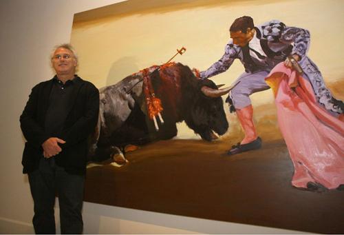 El autor neoyorquino junto a una de sus obras